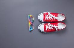 Κόκκινα gumshoes και γυαλιά Στοκ φωτογραφίες με δικαίωμα ελεύθερης χρήσης