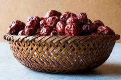 Κόκκινα Jujube φρούτα στο ξύλινο καλάθι Στοκ Εικόνες
