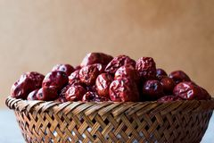 Κόκκινα Jujube φρούτα στο ξύλινο καλάθι Στοκ εικόνες με δικαίωμα ελεύθερης χρήσης