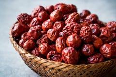 Κόκκινα Jujube φρούτα στο ξύλινο καλάθι Στοκ εικόνα με δικαίωμα ελεύθερης χρήσης