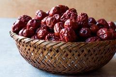 Κόκκινα Jujube φρούτα στο ξύλινο καλάθι Στοκ Φωτογραφία