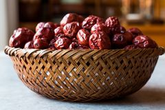Κόκκινα Jujube φρούτα στο ξύλινο καλάθι Στοκ φωτογραφία με δικαίωμα ελεύθερης χρήσης