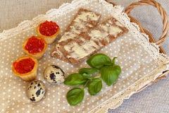 Κόκκινα tartalets χαβιαριών, ψωμί, αυγά στο λινό στοκ φωτογραφία