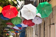 Κόκκινες, άσπρες και πράσινες κρεμώντας ομπρέλες Στοκ φωτογραφίες με δικαίωμα ελεύθερης χρήσης