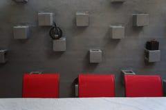 Κόκκινες έδρες ενάντια στον τοίχο στόκων Στοκ Εικόνες