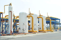 κόκκινες βαλβίδες σειρών βιομηχανίας φυσικού αερίου Στοκ Φωτογραφία