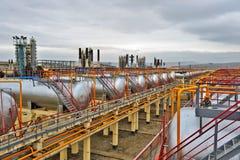 κόκκινες βαλβίδες σειρών βιομηχανίας φυσικού αερίου Στοκ εικόνες με δικαίωμα ελεύθερης χρήσης