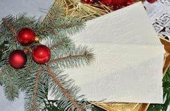 Κόκκινες διακοσμήσεις Χριστουγέννων και άσπρη γκοφρέτα Στοκ φωτογραφία με δικαίωμα ελεύθερης χρήσης