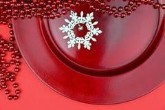 Κόκκινες διακοσμήσεις Χριστουγέννων και ξύλινο snowflake στοκ φωτογραφία με δικαίωμα ελεύθερης χρήσης