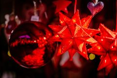Κόκκινες διακοσμήσεις Χριστουγέννων σε Trentino Alto Adige, αγορά Χριστουγέννων της Ιταλίας στοκ φωτογραφία
