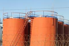 Κόκκινες δεξαμενές πετρελαίου Στοκ Εικόνες