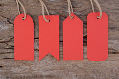 4 κόκκινες ετικέττες στον ξύλινο πίνακα για την πώληση και το κείμενο Στοκ εικόνες με δικαίωμα ελεύθερης χρήσης