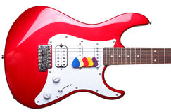 Κόκκινες ηλεκτρικές κιθάρα και επιλογές που απομονώνονται Στοκ Φωτογραφία