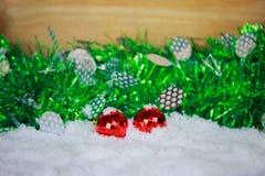 Κόκκινες διακοσμήσεις για τη Παραμονή Χριστουγέννων στο χιόνι Στοκ εικόνα με δικαίωμα ελεύθερης χρήσης