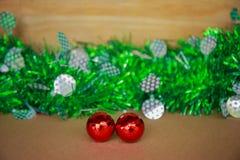 Κόκκινες διακοσμήσεις για τη Παραμονή Χριστουγέννων Στοκ εικόνα με δικαίωμα ελεύθερης χρήσης