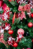 Κόκκινες διακοσμήσεις σφαιρών Χριστουγέννων στο χριστουγεννιάτικο δέντρο Στοκ Εικόνες