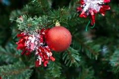 Κόκκινες διακοσμήσεις σφαιρών Χριστουγέννων Στοκ Φωτογραφία