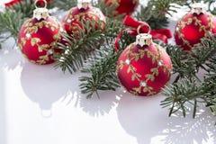 Κόκκινες διακοσμήσεις σφαιρών Χριστουγέννων Στοκ φωτογραφίες με δικαίωμα ελεύθερης χρήσης