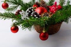 Κόκκινες διακοσμήσεις Χριστουγέννων και χιονώδες διακοσμημένο σεντ κώνων πεύκων επιτραπέζιο Στοκ φωτογραφίες με δικαίωμα ελεύθερης χρήσης