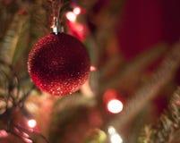 Κόκκινες διακοσμήσεις Χριστουγέννων με τα κόκκινα και άσπρα φω'τα Στοκ φωτογραφία με δικαίωμα ελεύθερης χρήσης