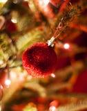 Κόκκινες διακοσμήσεις Χριστουγέννων με τα κόκκινα και άσπρα φω'τα Στοκ εικόνες με δικαίωμα ελεύθερης χρήσης