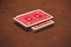 Κόκκινες κάρτες που βρίσκονται σε έναν ξύλινο λουστραρισμένο πίνακα Στοκ εικόνα με δικαίωμα ελεύθερης χρήσης
