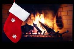 Κόκκινες κάλτσα και εστία Χριστουγέννων στο δωμάτιο Στοκ Εικόνα