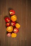 Κόκκινες κίτρινες ντομάτες σε έναν ξύλινο πίνακα Στοκ Φωτογραφία