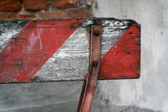 Κόκκινες και άσπρες γραμμές ξύλινου εμποδίου Στο σταθμό μετρό του υποβάθρου αερολιμένων που η κόκκινη άσπρη περίφραξη προειδοποίη Στοκ Φωτογραφίες