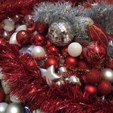 Κόκκινες και άσπρες διακοσμήσεις Χριστουγέννων στοκ εικόνα με δικαίωμα ελεύθερης χρήσης