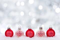 Κόκκινες και άσπρες διακοσμήσεις Χριστουγέννων με το αστράφτοντας ασημένιο υπόβαθρο Στοκ φωτογραφία με δικαίωμα ελεύθερης χρήσης
