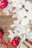 Κόκκινες και άσπρες κορδέλλες σφαιρών Χριστουγέννων στο ξύλινο υπόβαθρο κοντά snowflake στο πεύκο invitation new year Πλαίσιο Τοπ Στοκ εικόνες με δικαίωμα ελεύθερης χρήσης