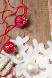 Κόκκινες και άσπρες κορδέλλες σφαιρών Χριστουγέννων στο ξύλινο υπόβαθρο κοντά snowflake στο πεύκο invitation new year Πλαίσιο Τοπ Στοκ Φωτογραφίες