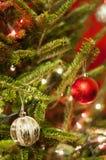 Κόκκινες και ασημένιες διακοσμήσεις Χριστουγέννων με τα κόκκινα και άσπρα φω'τα Στοκ φωτογραφίες με δικαίωμα ελεύθερης χρήσης