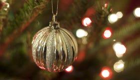 Κόκκινες και ασημένιες διακοσμήσεις Χριστουγέννων με τα κόκκινα και άσπρα φω'τα Στοκ εικόνα με δικαίωμα ελεύθερης χρήσης