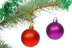 Κόκκινες και ιώδεις σφαίρες στο χριστουγεννιάτικο δέντρο Στοκ φωτογραφία με δικαίωμα ελεύθερης χρήσης
