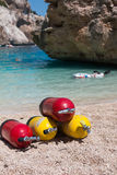 Κόκκινες και κίτρινες δεξαμενές οξυγόνου σκαφάνδρων για τους δύτες σε μια παραλία στοκ φωτογραφία