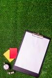 Κόκκινες και κίτρινες κάρτες στην πράσινη τοπ άποψη υποβάθρου στοκ εικόνα