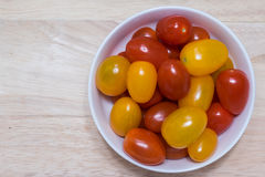Κόκκινες και κίτρινες ντομάτες κερασιών Στοκ Φωτογραφία