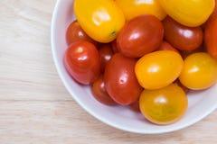 Κόκκινες και κίτρινες ντομάτες κερασιών Στοκ εικόνα με δικαίωμα ελεύθερης χρήσης
