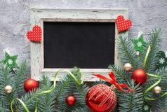 Κόκκινες και πράσινες διακοσμήσεις Χριστουγέννων: κλαδίσκοι, μούρα και Chri έλατου Στοκ Φωτογραφίες