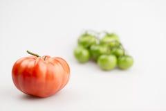 Κόκκινες και πράσινες οργανικές ντομάτες Στοκ φωτογραφία με δικαίωμα ελεύθερης χρήσης