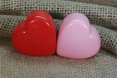 Κόκκινες και ρόδινες καρδιές Burlap στοκ εικόνα με δικαίωμα ελεύθερης χρήσης