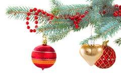 Κόκκινες και χρυσές διακοσμήσεις Χριστουγέννων στο δέντρο έλατου Στοκ εικόνα με δικαίωμα ελεύθερης χρήσης