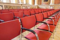Κόκκινες καρέκλες στο πανεπιστήμιο Στοκ φωτογραφίες με δικαίωμα ελεύθερης χρήσης