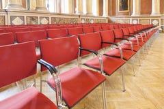 Κόκκινες καρέκλες στο πανεπιστήμιο Στοκ Φωτογραφία
