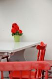Κόκκινες καρέκλες ενάντια στο λευκό Στοκ Εικόνες