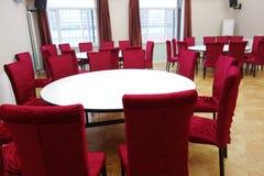 Κόκκινες καρέκλες και άσπρος πίνακας Στοκ Εικόνα