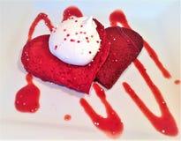 Κόκκινες καρδιά-διαμορφωμένες βελούδο τηγανίτες στοκ εικόνες με δικαίωμα ελεύθερης χρήσης