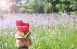 Κόκκινες καρδιές έννοιας σε ένα ξύλο Στοκ φωτογραφία με δικαίωμα ελεύθερης χρήσης